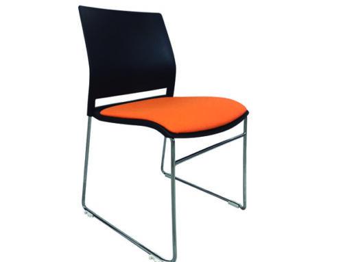 Silla  trineo, asiento tapizado y respaldo desarmable, modelo A-600T.